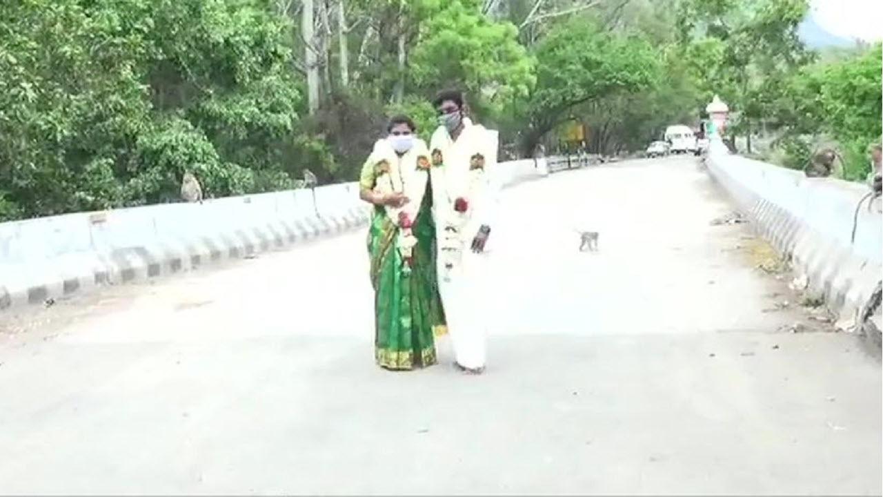 14000309 44ba528 ازدواج روی پل برای فرار از محدودیت های کرونایی/ تصاویر