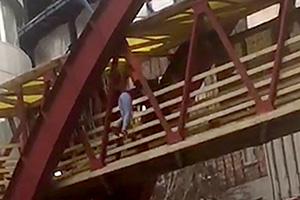 148876585460508 لحظه خودکشی زن تبریزی روی پل عابر پیاده (عکس)