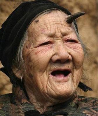 1579296436 robeka.ir به نظر شما این زن از تعجب شاخ درآورده؟! (عکس)