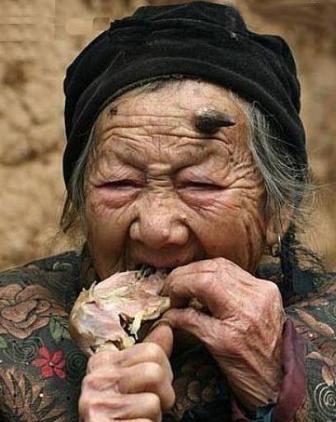 1579296440 robeka.ir به نظر شما این زن از تعجب شاخ درآورده؟! (عکس)