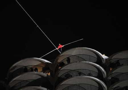 1579354005 robeka.ir عکس های نفس گیر از راه رفتن روی طناب