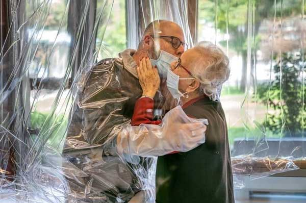 1608093973 robeka.ir تصویری خاص از اتاق ملاقات سالمندان ایتالیایی