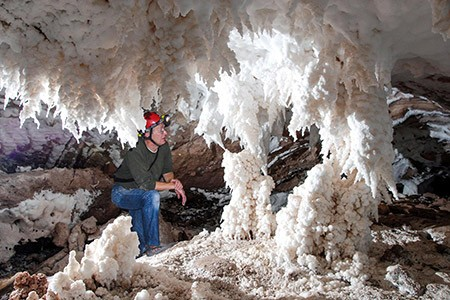 1609282892 robeka.ir غار نمکدان یا غار سه مرد برهنه در قشم (+تصاویر)