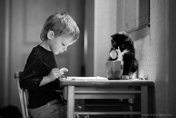 2017532314196361a عکس های دیدنی از رابطه احساسی گربه ها و کودکان
