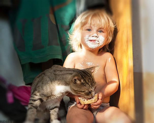 2017532314196649a عکس های دیدنی از رابطه احساسی گربه ها و کودکان