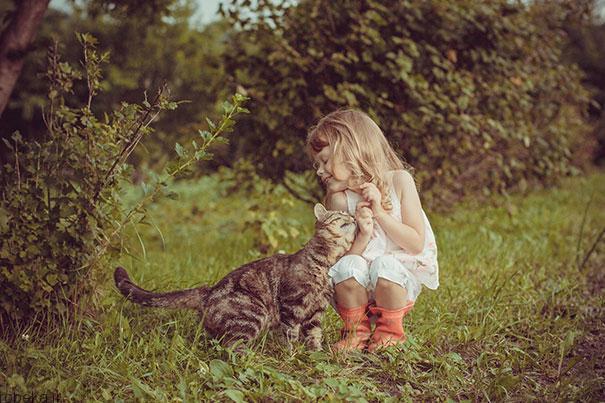 20175323141968911a عکس های دیدنی از رابطه احساسی گربه ها و کودکان