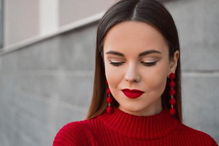 آرایش با لباس قرمز ,آرایش پوست صورت با لباس قرمز,خط چشم با لباس قرمز