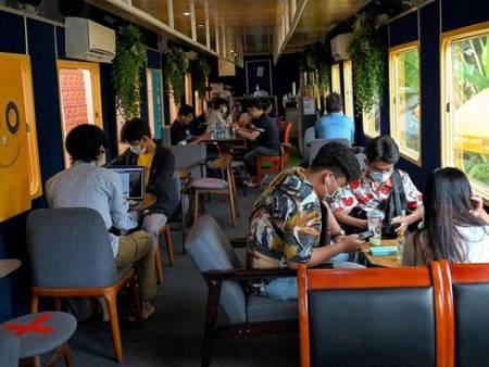 %name عکس های دیدنی وجالب روز؛ یک کافه ترن در کامبوج