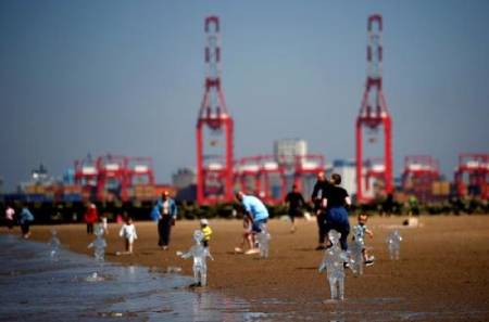%name عکس های دیدنی وجالب روز؛ ازمجسمه های کودک یخی در ساحل تا یک مرکز تجاری در پکن
