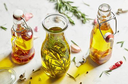 rosemary oil 02 آشنایی با خواص روغن رزماری برای زیبایی